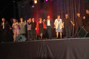 Le final avec les artistes, techniciens et organisateurs.